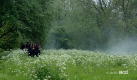 The Redcoats approach on horseback. Image via: Outlander Online